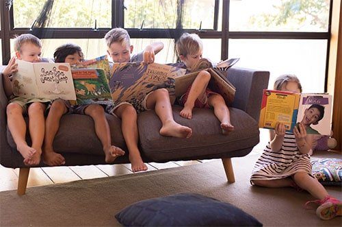 kids on sofa reading